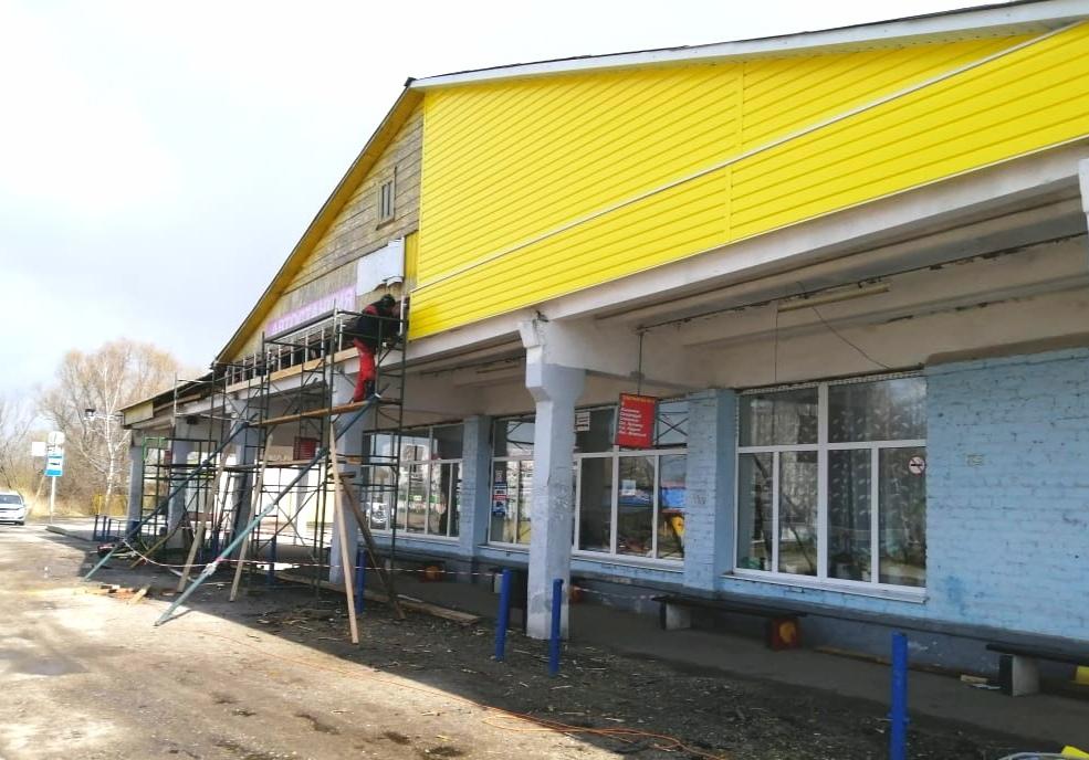 Оставленный на зиму с дырявой крышей автовокзал в Новозыбкове дождался продолжения ремонта
